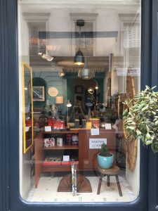 Vitrine décoration vintage meubles batignolles place de clichy