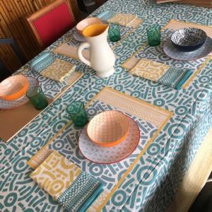 Table a manger assiettes motifs verres vintage décoration
