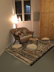 salon hygge tapis berbere chez simone decoration lartetafacon paris banquette osier
