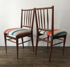 chaises bois foncé vintage salle a manger tapisserie lartetlafaçon dos a dos