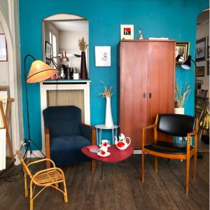 armoire penderie vintage fauteil artdeco velours cotelé chaise de bureau scandinave lartetlafaçon mobilier vintage boutique batignolles rue nollet